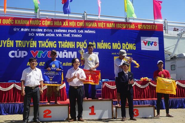 Hàng nghìn người Đà Nẵng đội nắng đổ ra sông Hàn xem đua thuyền ngày 2/9 - Ảnh 15.