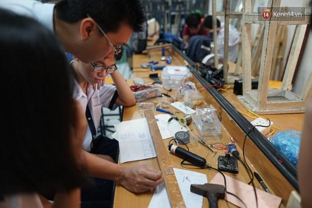 Thầy giáo ở Sài Gòn cùng học sinh biến chai nhựa thành đèn chiếu sáng cho những con hẻm nghèo - Ảnh 2.