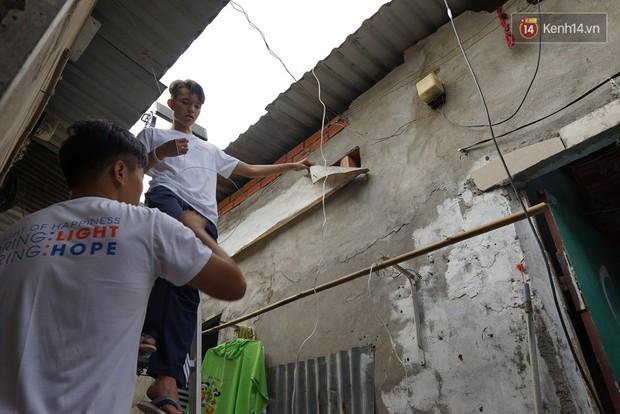 Thầy giáo ở Sài Gòn cùng học sinh biến chai nhựa thành đèn chiếu sáng cho những con hẻm nghèo - Ảnh 10.
