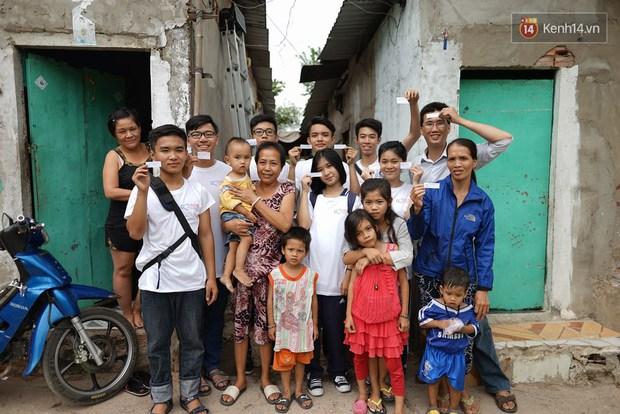Thầy giáo ở Sài Gòn cùng học sinh biến chai nhựa thành đèn chiếu sáng cho những con hẻm nghèo - Ảnh 12.