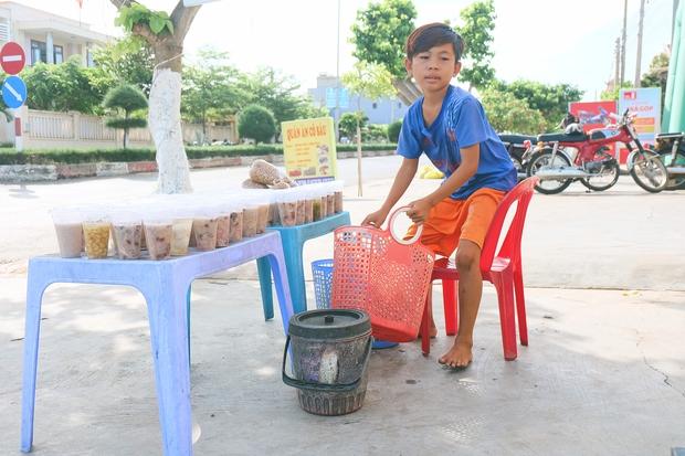 Ngày hè đẹp nhất của tụi con nít nhà nghèo: Bán sen, bán chè nhưng vui biết bao vì đỡ đần được cha mẹ - Ảnh 9.
