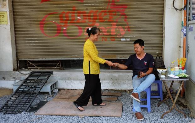 Thanh xuân của đời người trôi qua chớp mắt, nhưng thanh xuân của quán hủ tiếu này thì 70 năm vẫn mê hoặc người Sài Gòn - Ảnh 8.