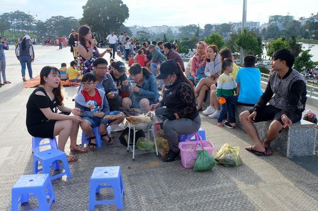Đà Lạt: Quảng trường Lâm Viên tấp nập du khách dịp nghỉ lễ Quốc khánh - Ảnh 6.