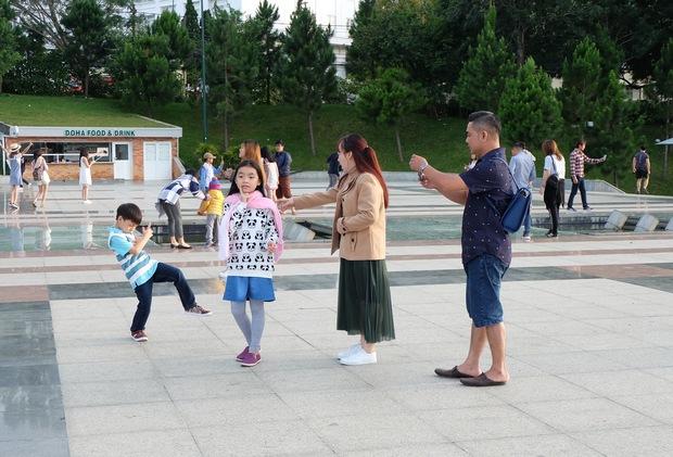 Đà Lạt: Quảng trường Lâm Viên tấp nập du khách dịp nghỉ lễ Quốc khánh - Ảnh 4.