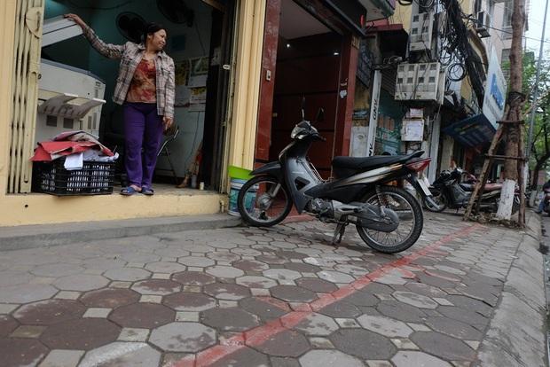 Hà Nội: Vạch kẻ phân cách vỉa hè dành cho người đi bộ chỉ rộng 30cm đã bị xóa bỏ - Ảnh 3.