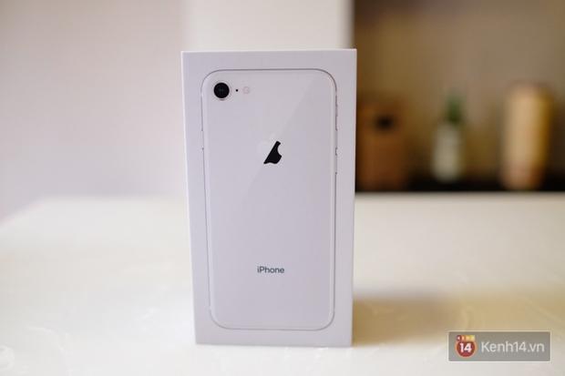 NÓNG: Cận cảnh iPhone 8 đầu tiên tại Việt Nam, giá 20 triệu đồng - Ảnh 1.