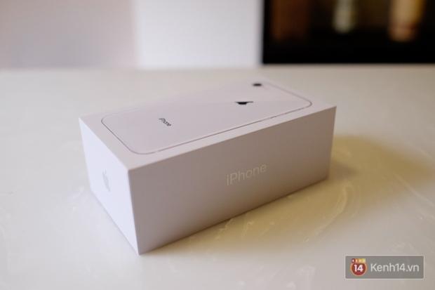 NÓNG: Cận cảnh iPhone 8 đầu tiên tại Việt Nam, giá 20 triệu đồng - Ảnh 2.