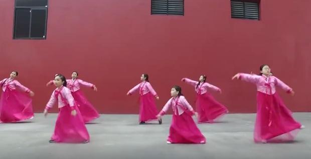 Học sinh Hạ Long diện hanbok nhảy Nơi này có anh hút triệu lượt xem - Ảnh 2.