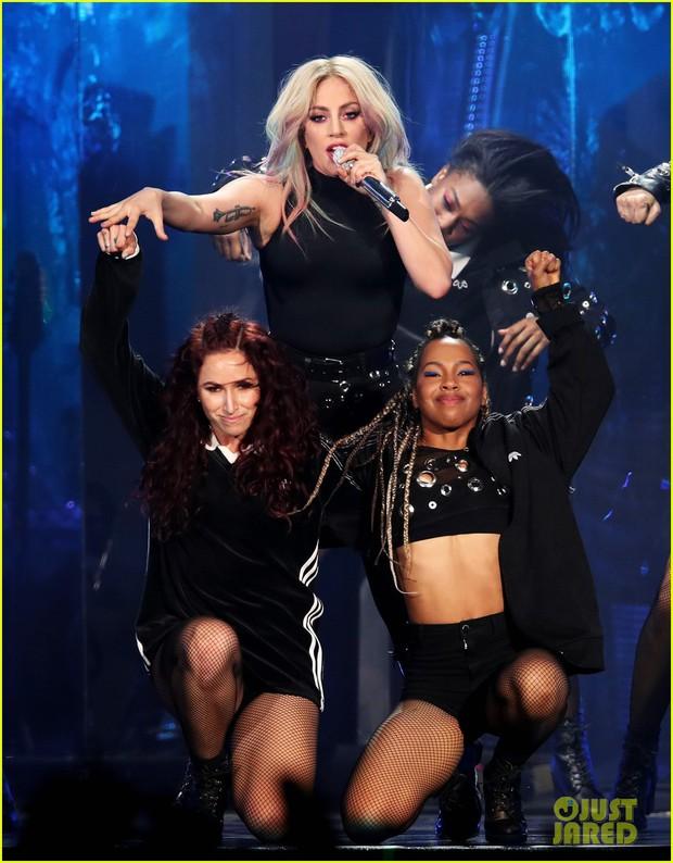 Cùng lý do sức khỏe, Ariana hát nhảy cực sung sau 3 ngày, Lady Gaga dời tour tới năm sau - Ảnh 1.