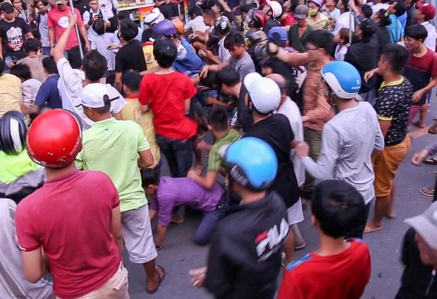 Clip: Hàng trăm người dân đánh nhau giành tiền cúng cô hồn gây náo loạn đường phố Sài Gòn - Ảnh 5.