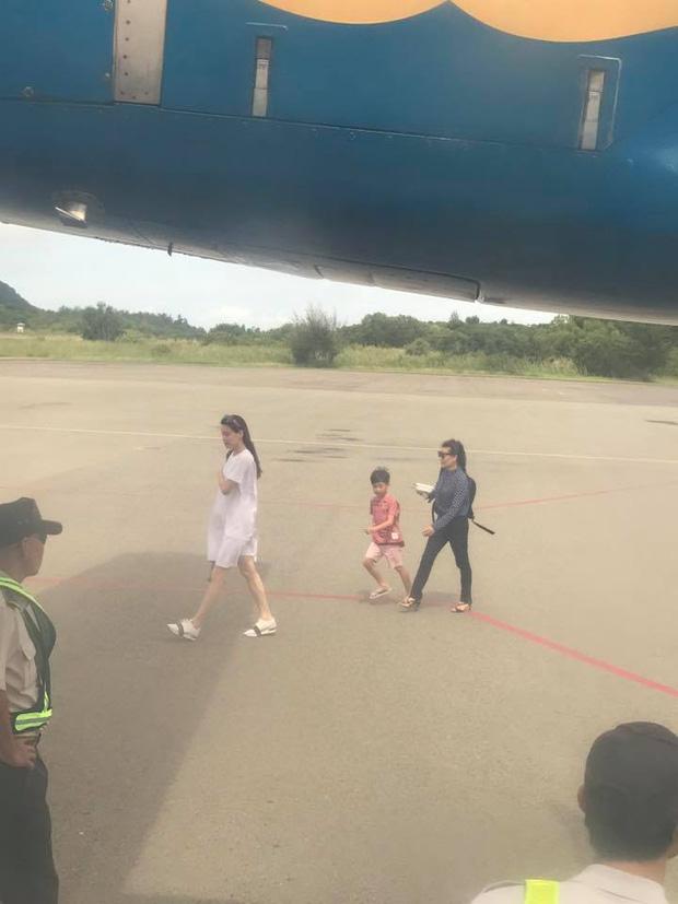 Clip: Hà Hồ lại bị bắt gặp thân mật cùng Kim Lý, lần này có cả mẹ và con trai Subeo - Ảnh 6.