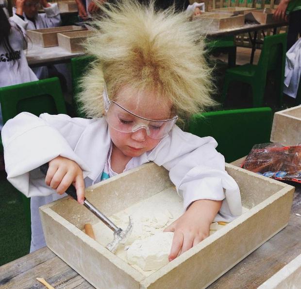 Cô bé 7 tuổi mắc hội chứng tóc bất trị giống nhà bác học Einstein - Ảnh 2.