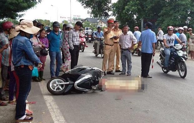 Ngã xuống đường sau va chạm với xích lô, cô gái trẻ bị ô tô tông tử vong - Ảnh 1.