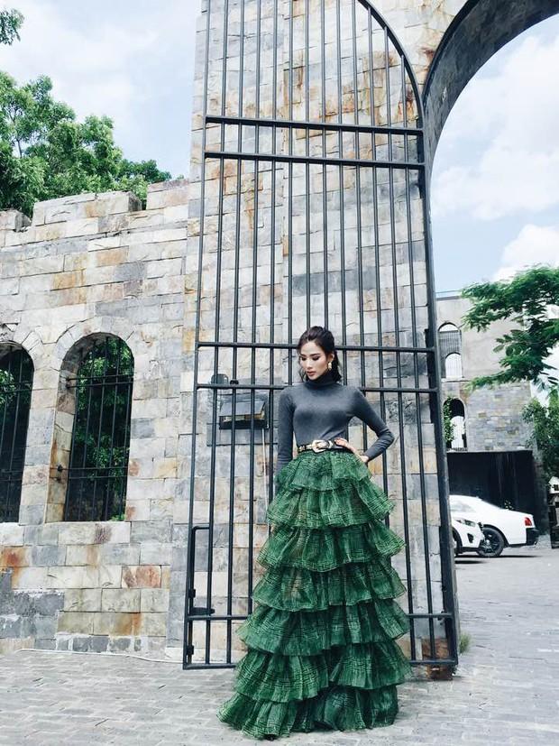 1 chiếc váy 2 số phận: Hà Hồ sexy bao nhiêu, Hoàng Thùy giống... cây thông Noel bấy nhiêu - Ảnh 1.