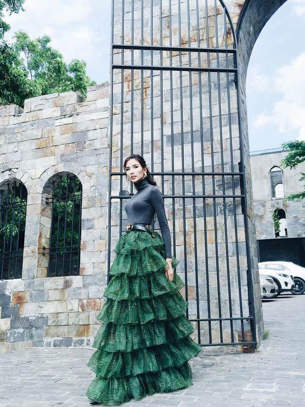 1 chiếc váy 2 số phận: Hà Hồ sexy bao nhiêu, Hoàng Thùy giống... cây thông Noel bấy nhiêu - Ảnh 2.