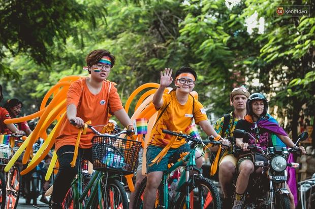 Khoảnh khắc hạnh phúc và những nụ hôn rực rỡ trong Ngày hội tự hào LGBT+ ở Sài Gòn và Hà Nội - Ảnh 1.