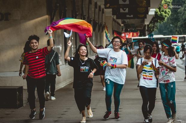 Khoảnh khắc hạnh phúc và những nụ hôn rực rỡ trong Ngày hội tự hào LGBT+ ở Sài Gòn và Hà Nội - Ảnh 3.
