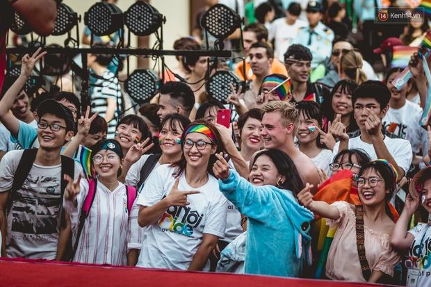 Khoảnh khắc hạnh phúc và những nụ hôn rực rỡ trong Ngày hội tự hào LGBT+ ở Sài Gòn và Hà Nội - Ảnh 9.