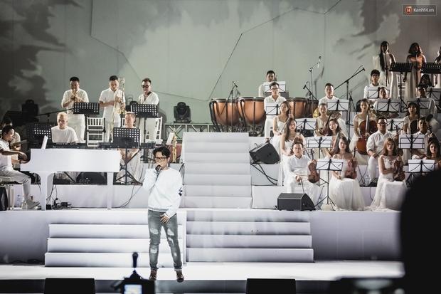 Clip: Hà Anh Tuấn đưa khán giả đắm chìm trong không gian âm nhạc vừa cũ, vừa mới khi tái hiện loạt hit tại Fragile Concert - Ảnh 1.
