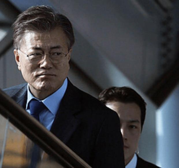 Vệ sĩ đẹp trai như tài tử của tân Tổng thống Hàn Quốc khiến dân mạng đứng ngồi không yên - Ảnh 1.