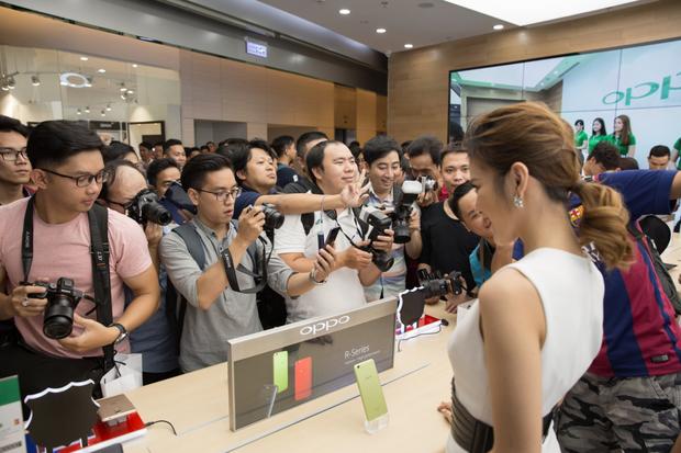 Hà Hồ khiến phái mạnh ghen tỵ khi được trải nghiệm sớm smartphone R11 Barcelona FC - Ảnh 6.