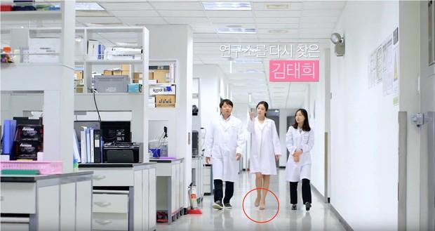 Mang bầu 8 tháng, Kim Tae Hee vẫn vừa mang giày cao gót, vừa miệt mài làm việc - Ảnh 1.