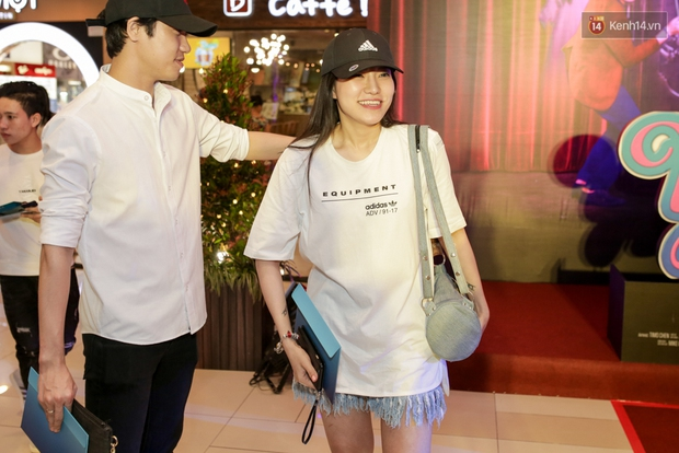 Mặc trời mưa, Hiền Sến và Lý Phương Châu vẫn vui vẻ dắt nhau đi xem phim của Ngô Kiến Huy - Ảnh 2.