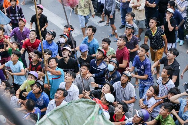 Clip: Hàng trăm người dân đánh nhau giành tiền cúng cô hồn gây náo loạn đường phố Sài Gòn - Ảnh 7.