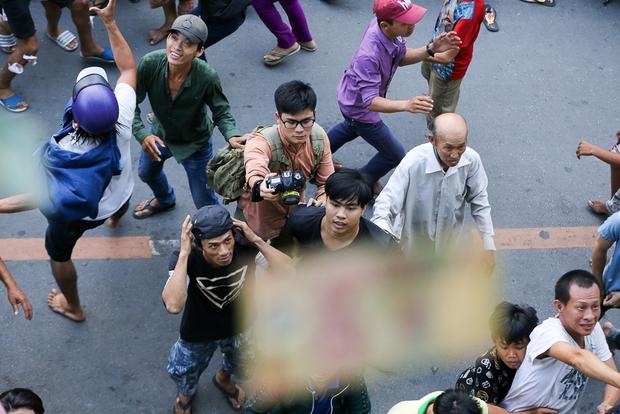 Clip: Hàng trăm người dân đánh nhau giành tiền cúng cô hồn gây náo loạn đường phố Sài Gòn - Ảnh 4.