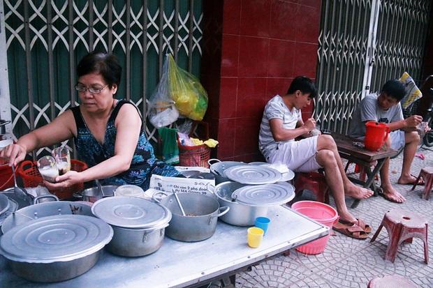 Bà chủ quán chè 5.000 đồng hơn 40 năm giữa lòng Đà Nẵng: Tăng giá thì học sinh, công nhân sao có tiền mua! - Ảnh 1.