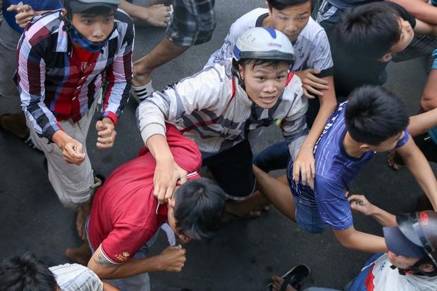 Clip: Hàng trăm người dân đánh nhau giành tiền cúng cô hồn gây náo loạn đường phố Sài Gòn - Ảnh 8.