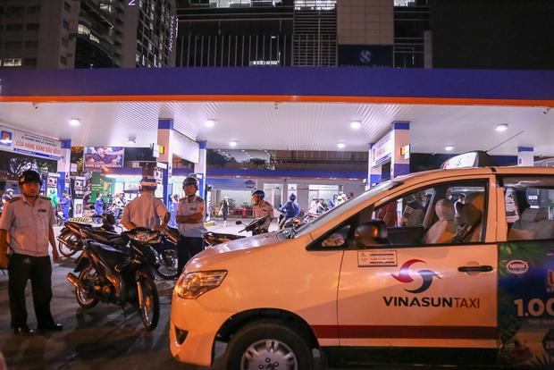 Tiếp tục giành lại vỉa hè ở Sài Gòn: Vừa đi vệ sinh vài phút, tài xế bị Đoàn liên ngành quận 1 phạt 700.000 đồng - Ảnh 4.