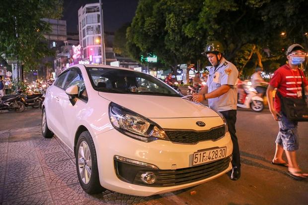 Tiếp tục giành lại vỉa hè ở Sài Gòn: Vừa đi vệ sinh vài phút, tài xế bị Đoàn liên ngành quận 1 phạt 700.000 đồng - Ảnh 5.