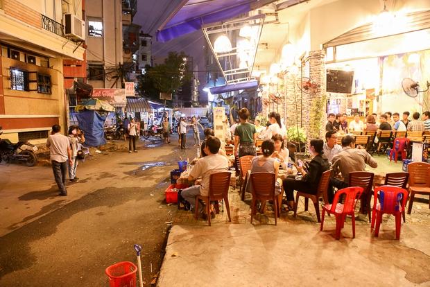 Tiếp tục giành lại vỉa hè ở Sài Gòn: Vừa đi vệ sinh vài phút, tài xế bị Đoàn liên ngành quận 1 phạt 700.000 đồng - Ảnh 8.