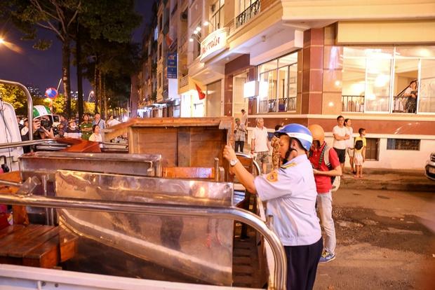 Tiếp tục giành lại vỉa hè ở Sài Gòn: Vừa đi vệ sinh vài phút, tài xế bị Đoàn liên ngành quận 1 phạt 700.000 đồng - Ảnh 9.