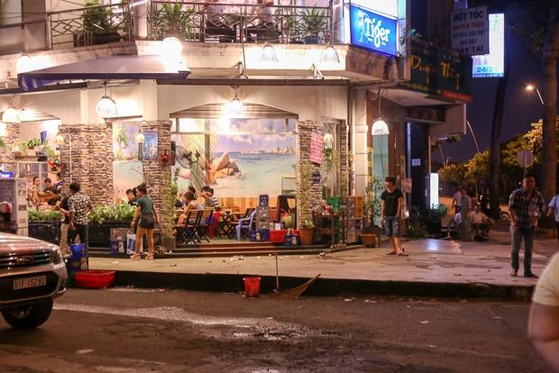 Tiếp tục giành lại vỉa hè ở Sài Gòn: Vừa đi vệ sinh vài phút, tài xế bị Đoàn liên ngành quận 1 phạt 700.000 đồng - Ảnh 10.