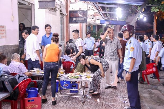 Tiếp tục giành lại vỉa hè ở Sài Gòn: Vừa đi vệ sinh vài phút, tài xế bị Đoàn liên ngành quận 1 phạt 700.000 đồng - Ảnh 11.