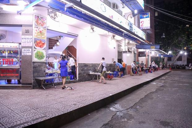 Tiếp tục giành lại vỉa hè ở Sài Gòn: Vừa đi vệ sinh vài phút, tài xế bị Đoàn liên ngành quận 1 phạt 700.000 đồng - Ảnh 12.