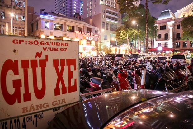 Tiếp tục giành lại vỉa hè ở Sài Gòn: Vừa đi vệ sinh vài phút, tài xế bị Đoàn liên ngành quận 1 phạt 700.000 đồng - Ảnh 14.