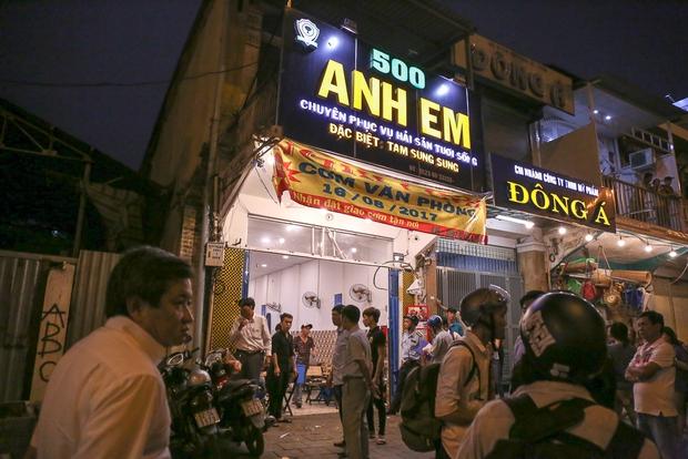 Tiếp tục giành lại vỉa hè ở Sài Gòn: Vừa đi vệ sinh vài phút, tài xế bị Đoàn liên ngành quận 1 phạt 700.000 đồng - Ảnh 13.