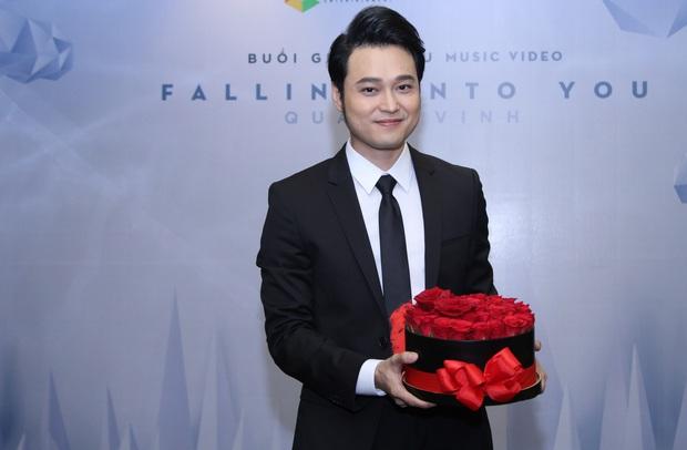 Lý Quí Khánh mang hoa tự cắm đến mừng Quang Vinh ra mắt MV mới - Ảnh 2.