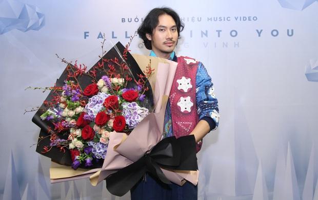 Lý Quí Khánh mang hoa tự cắm đến mừng Quang Vinh ra mắt MV mới - Ảnh 5.