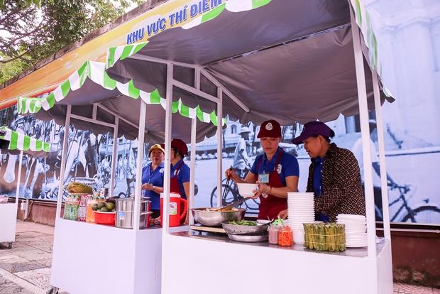 Người dân bắt đầu bán thử nghiệm tại phố hàng rong có sử dụng vỉa hè đầu tiên ở Sài Gòn - Ảnh 8.
