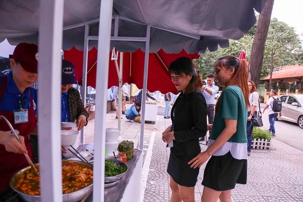 Người dân bắt đầu bán thử nghiệm tại phố hàng rong có sử dụng vỉa hè đầu tiên ở Sài Gòn - Ảnh 7.