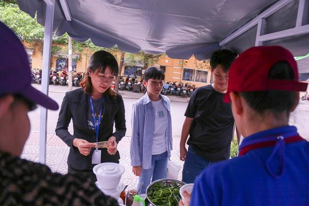 Người dân bắt đầu bán thử nghiệm tại phố hàng rong có sử dụng vỉa hè đầu tiên ở Sài Gòn - Ảnh 6.