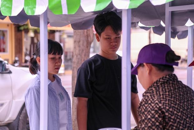 Người dân bắt đầu bán thử nghiệm tại phố hàng rong có sử dụng vỉa hè đầu tiên ở Sài Gòn - Ảnh 5.