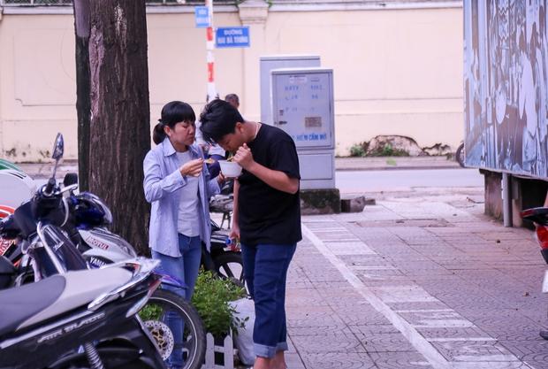Người dân bắt đầu bán thử nghiệm tại phố hàng rong có sử dụng vỉa hè đầu tiên ở Sài Gòn - Ảnh 12.