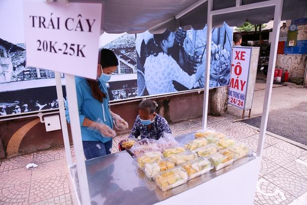 Người dân bắt đầu bán thử nghiệm tại phố hàng rong có sử dụng vỉa hè đầu tiên ở Sài Gòn - Ảnh 9.