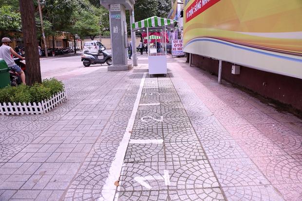 Người dân bắt đầu bán thử nghiệm tại phố hàng rong có sử dụng vỉa hè đầu tiên ở Sài Gòn - Ảnh 2.