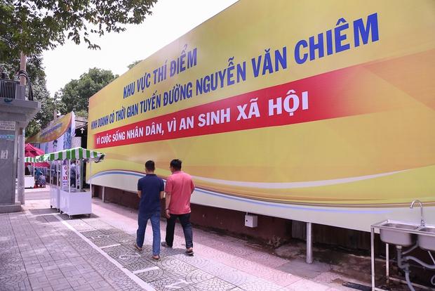 Người dân bắt đầu bán thử nghiệm tại phố hàng rong có sử dụng vỉa hè đầu tiên ở Sài Gòn - Ảnh 1.